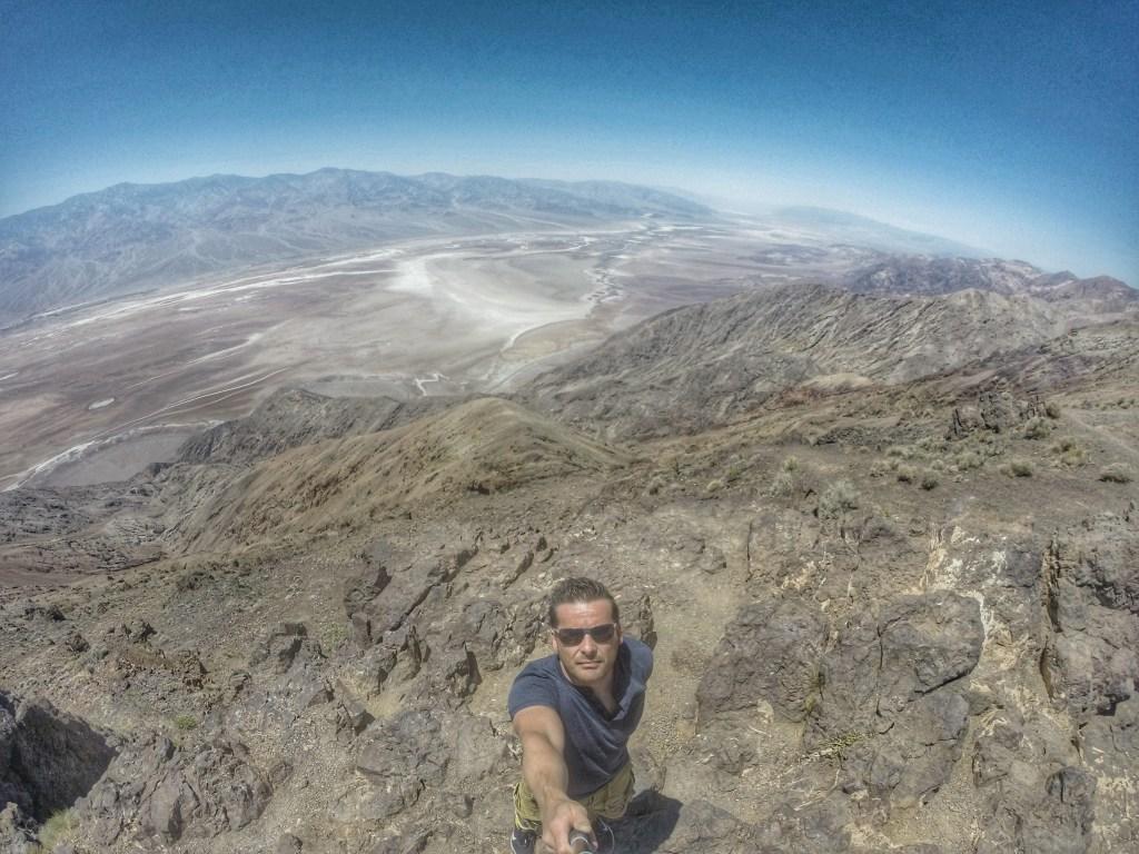 Aber fangen wir doch jetzt mal von vorne an. Gegen Vormittag verließen wir Las Vegas, machten noch einen Stopp beim Supermarkt um unsere Lebensmittelvorräte aufzufüllen, ganz besonders Wasser und fuhren dann in Richtung Westen. Unterwegs kamen wir nicht nur an einem Gefängnis mitten in der Wüste vorbei, sondern sogar an einem Flugplatz für Drohnen. Komplett abgesichert und irgendwie hatten wir dort das Gefühl, permanent unter Beobachtung zu stehen. Aber dann haben wir es doch geschafft und erreichten das Death Valley. Als erstes ging es zum Dante´s View: Oberhalb des Death Valley liegt der Aussichtspunkt Dante's View in 1669 m Höhe. Dante's View gehört wie Artists Palette zu den Black Mountains. Von Dante's View aus kann man den zentralen Teil des Death Valley aus einer Höhe von 1669 Metern über dem Meeresspiegel betrachten und hat einen Blick auf das Badwater Basin. Außerdem sieht man den Telescope Peak mit seinem 3366 Meter hohen Gipfel. Das Tal erstreckt sich von links (Süden) nach rechts (Norden); in seiner Mitte erkennt man einen ausgetrockneten Salzsee.