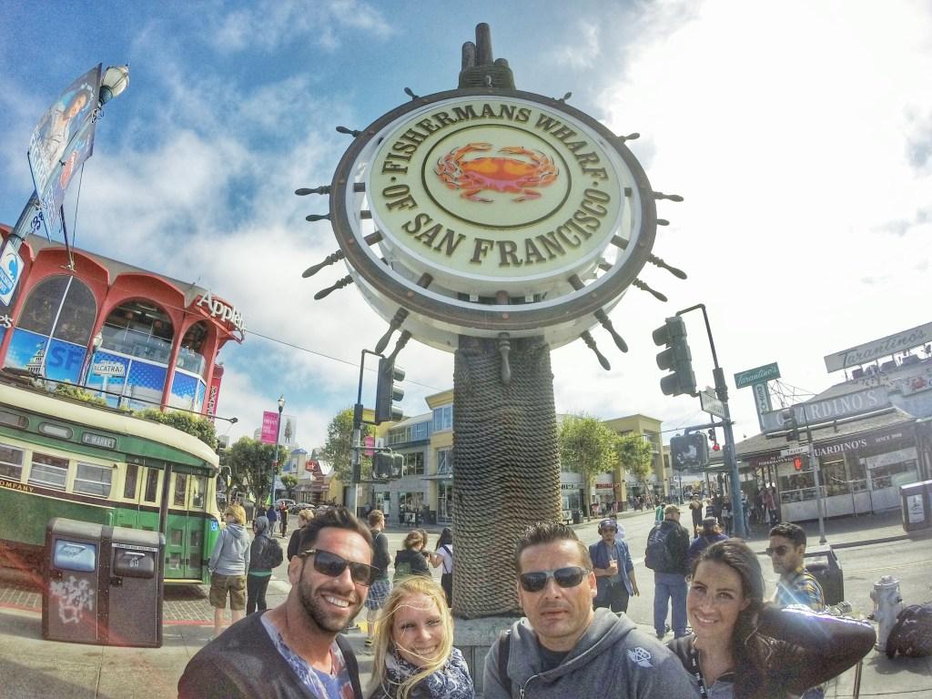 Fishermans Wharf. Weltbekannt und von Touristen überrannt. :) Info: Fisherman's Wharf ist ein Hafenviertel und eine der Haupttouristenattraktionen im Nordosten von San Francisco. Es erstreckt sich entlang der Nordküste von der Van Ness Avenue im Westen bis zur Kearny Street im Osten. Entstanden ist Fisherman's Wharf um 1900, als dort italienische Fischer siedelten. Seit den 1950er Jahren entwickelte sich das Viertel zu einem Touristengebiet, das heute zur Nummer Eins in San Francisco avanciert ist und noch mehr Besucher verzeichnet als die Golden Gate Bridge oder Chinatown. Viele große Hotels befinden sich daher am Rande von Fisherman's Wharf. Im Sommer werden viele Open-Air-Veranstaltungen auf den Straßen abgehalten sowie Flohmärkte und Livekonzerte organisiert.