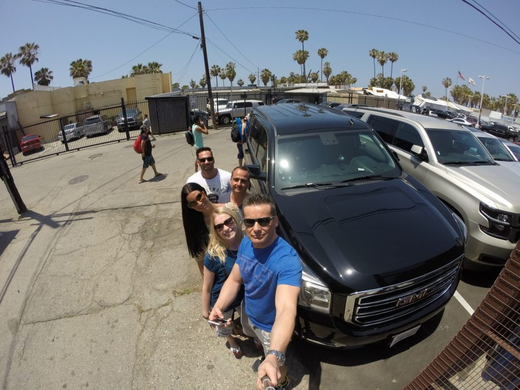Nach der ersten Nacht in Amerika trafen wir uns auch direkt gegen Vormittag in Venice Beach mit Daniel (der Typ genau in der Mitte :) ), unserem Kontakt in Hollywood. Bereits vor 20 Jahren ist er aus Deutschland nach Los Angeles ausgewandert und hat bereits in vielen Hollywood-Filmen in der Postproduktion mitgearbeitet, in Sachen Visual Effects. Das Demo Reel von Daniel kann man hier finden: http://www.dfazel.com/