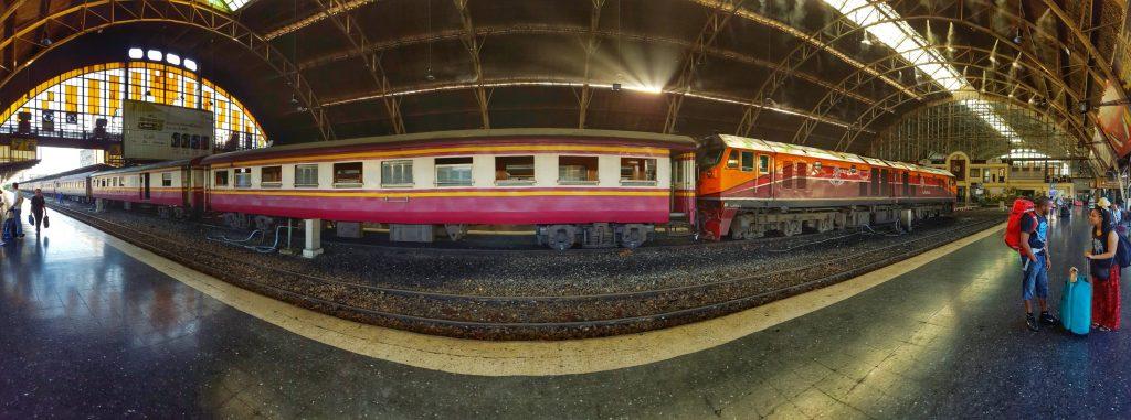 Man fühlt sich regelrecht in die Vergangenheit zurückversetzt, wenn man sich hier aufhält und die alten Züge sieht.