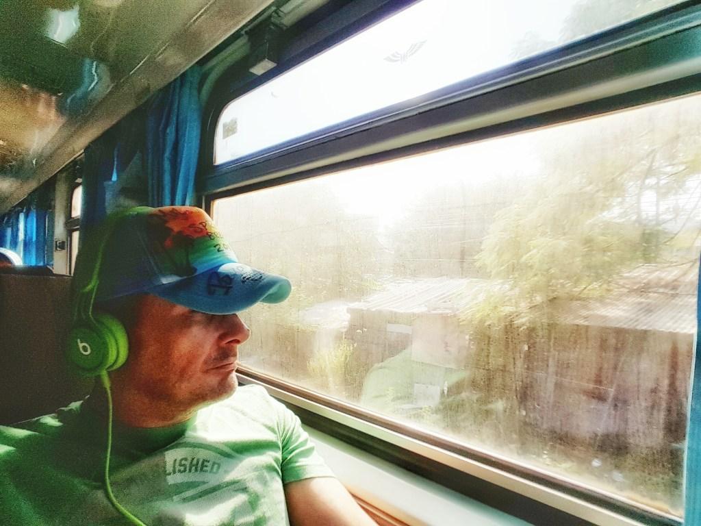 Eine Fahrt mit dem Zug ist auf absehbare Zeit erstmal für mich genug in Thailand. Aber es war sehr interessant. Diese Erfahrung wollte ich machen und bin nicht enttäuscht worden. Die Fahrt an sich zog sich nur etwas deutlich in die Länge.