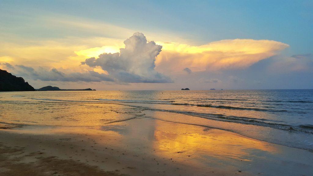 Was für ein schöner Sonnenuntergang. Nach der langen Zugfahrt und dem Stress durch die Suche nach einem Taxi, tat dieser Moment der Ruhe einfach nur gut.