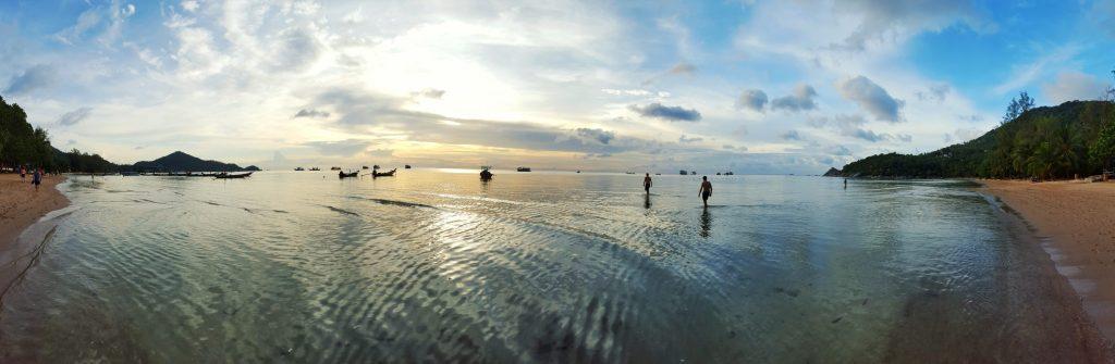 Was für eine tolle Bucht. Der Blick auf die untergehende Sonne und den dort geankerten Long-tail Booten war einfach nur paradiesisch.