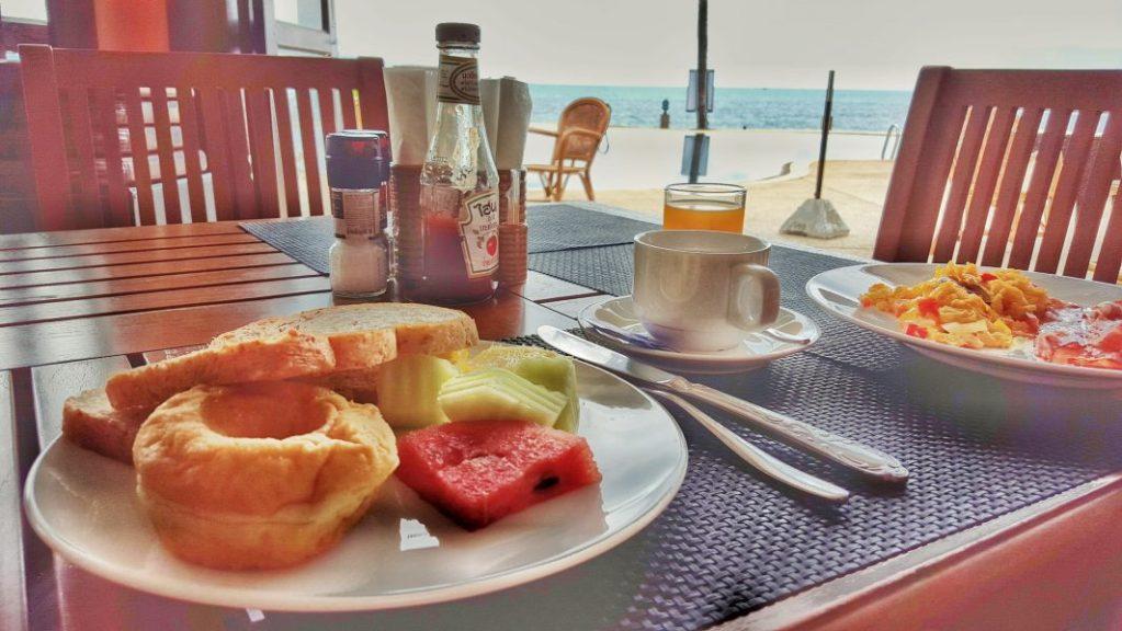 Mein erstes Frühstück in meiner neuen Unterkunft mit Blick aufs Meer.