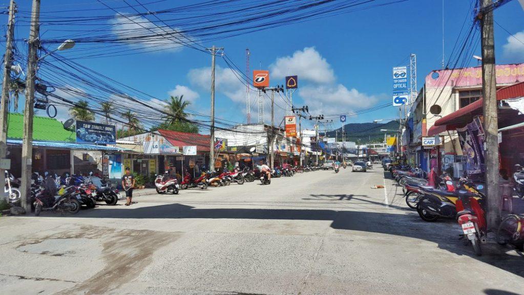 Die Hauptstadt von Koh Phanghan ist Thong Sala. Faszinierend fand ich in Thailand auch direkt, wie alle Leitungen oberirdisch verlegt sind. Für mich machte dies auf den ersten Blick aber einen sehr chaotischen Eindruck. Eventuell lebt man hier nach dem Motto: Im Chaos liegt die Ordnung. :)