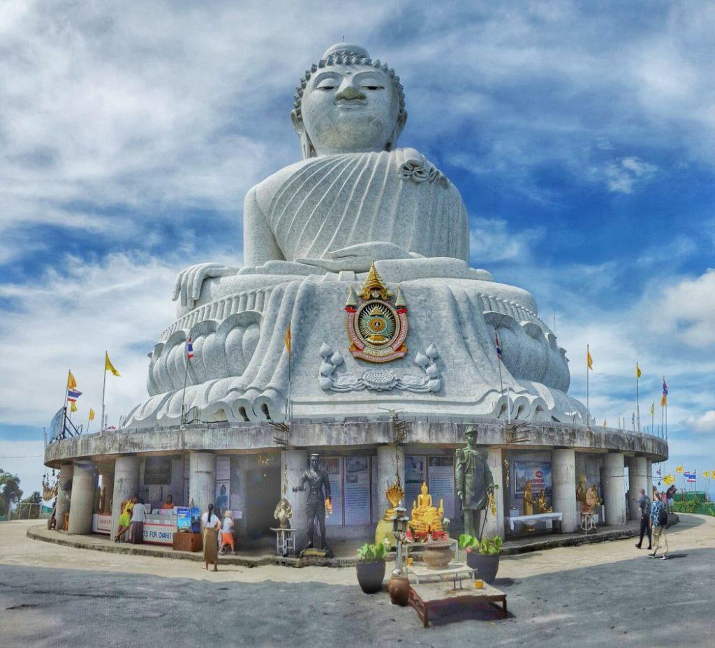 """Jetzt ging es zum """"Big Buddha"""" auf den höchsten Berg im Süden von Phuket. Das war ein Ritt auf dem Drahtseil. Eine beschissene Straße, die aber ein extrem hohes Verkehrsaufkommen hatte, mit Mopeds, Taxis und auch Minibussen. Und alles voll mit Touristen."""