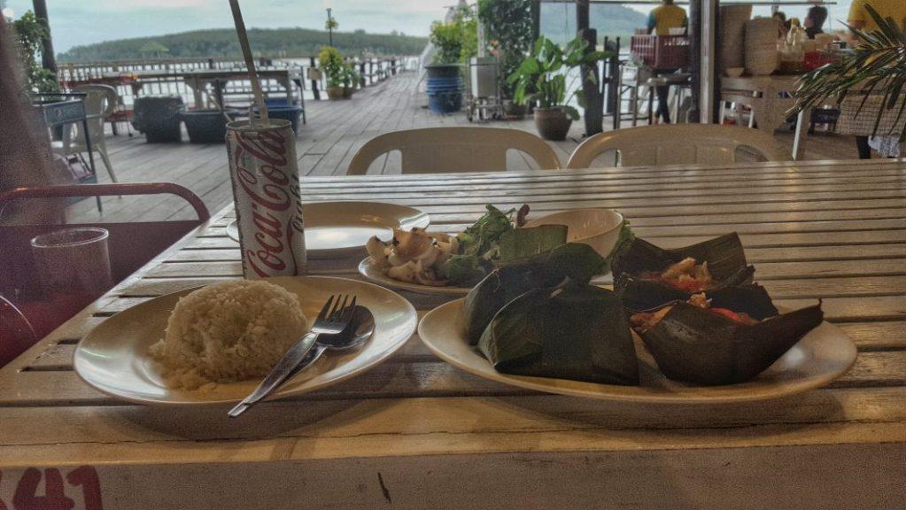 """Auf meinem Rückweg nach Phuket Oldtown fand ich an der Ostküste per Zufall am Ende einer kleinen Seitenstraße ein absolut geiles Seafood Restaurant """"Laem Hin Seafood"""" und ich war der einzige Tourist dort. Das war sehr geil. Nur unter Einheimischen, so wie ich meine Erfahrungen mit einem Land liebe. Alles absolut frisch."""