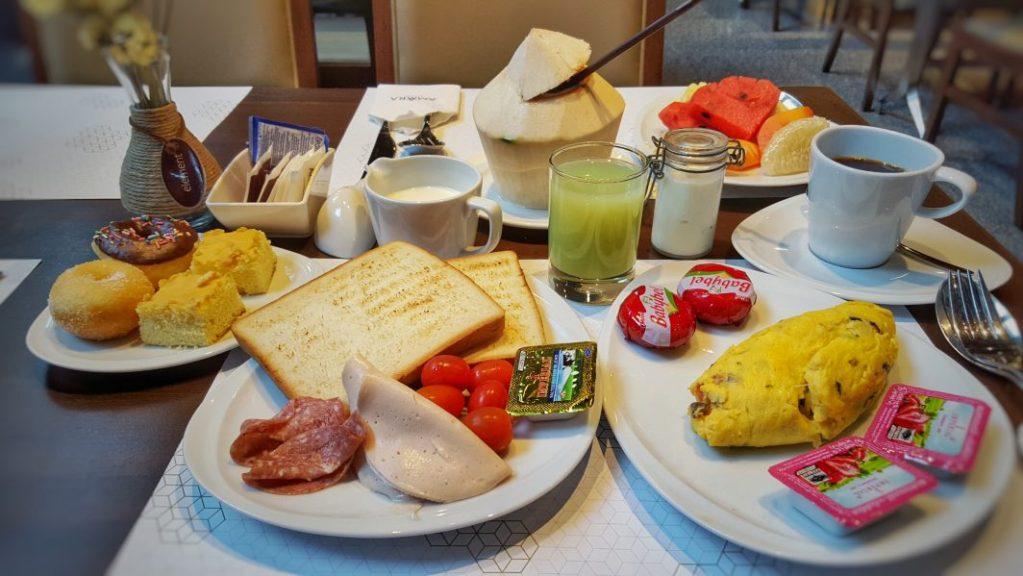 Der Tag der Abreise ist leider da. Aber zuerst wird ausgiebig gefrühstückt im Hotel. Ich werde diese verdammt geilen frischen Früchte vermissen.