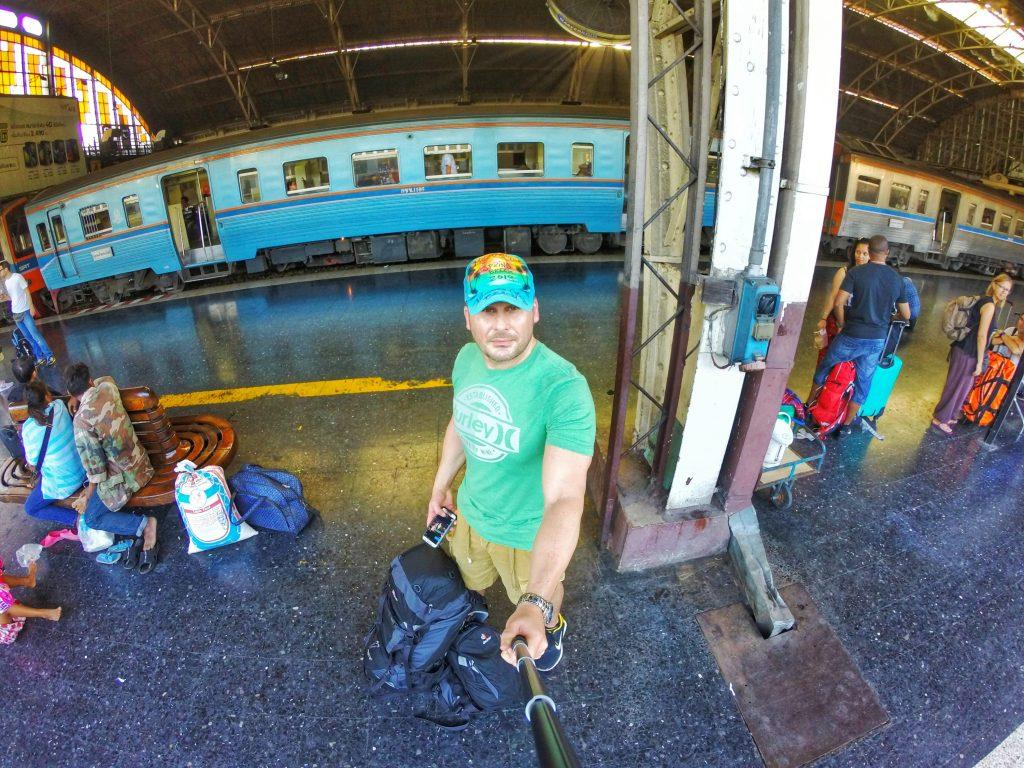 Nun geht meine Reise weiter. Ich verabschiede mich von Bangkok und werde nun knapp 500 Kilometer mit dem Zug in den Süden nach Chumphon fahren. Von dort fahren nämlich die Fähren rüber auf die Inseln im thailändischen Meer.