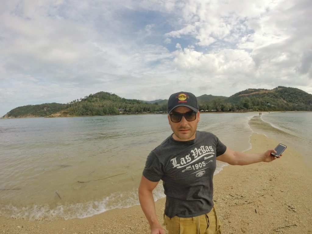 In der nordwestlichsten Spitze von Koh Phanghan findet man eine kleines Insel in einer versteckten Bucht, die sogar über eine schmale Sandbank zu Fuß erreichbar ist. Natürlich ist es davon abhängig, ob Ebbe oder Flut herrscht. Ganz trocken bleibt man natürlich nicht.