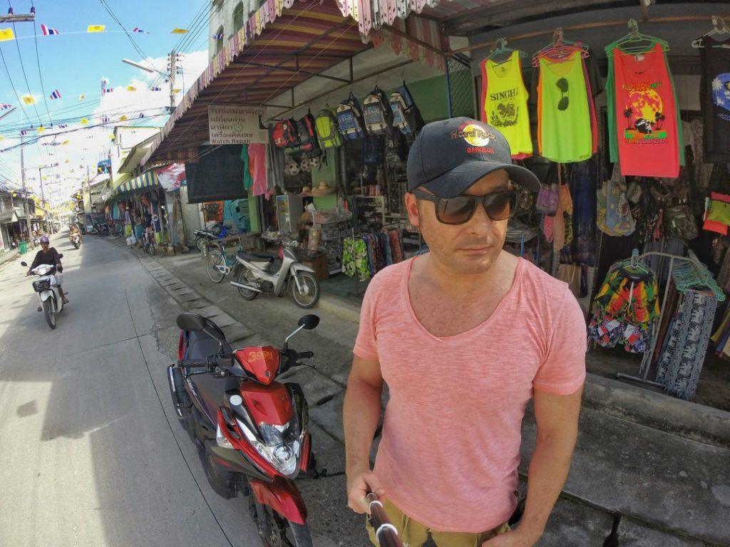 Jetzt aber wieder zurück in den Süden der Insel, kurz ein Selfie mit meinem Moped gemacht, schnell was gegessen und direkt weiter zum nächsten Wasserfall.