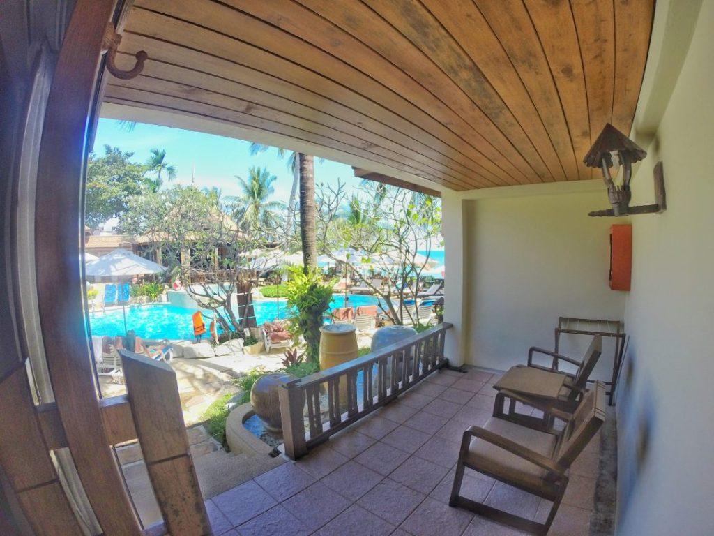 Meine eigene Terrasse, die ich nie genutzt habe, mit dem Blick auf den Pool und rechts den Strand.