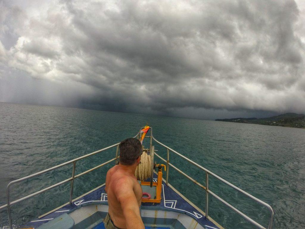 Schlechtes Wetter in Form von starkem Regen und hohem Wellengang erforderten eine Planänderung und so fuhren wir stattdessen in eine Bucht vor Koh Phanghan.