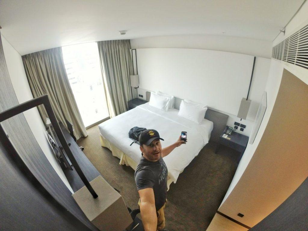 Zum Abschluß gönne ich mir nochmal einen Hauch Luxus. Das Amara im Herzen von Bangkok war dafür die passende Adresse, die ich mir als Abschluß ausgesucht habe. Ein tolles Zimmer mit einem megagroßen Bett und einem tollen Bad.