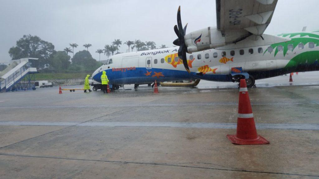 Mit Bangkok Airways ging es nun direkt nach Phuket. Lustiger weise war der Einstieg bei der Maschine hinten. Da hatte ich mich noch vorher gefreut, dass ich in der ersten Reihe sitze. Dumm gelaufen, so durfte ich als letzter aussteigen.