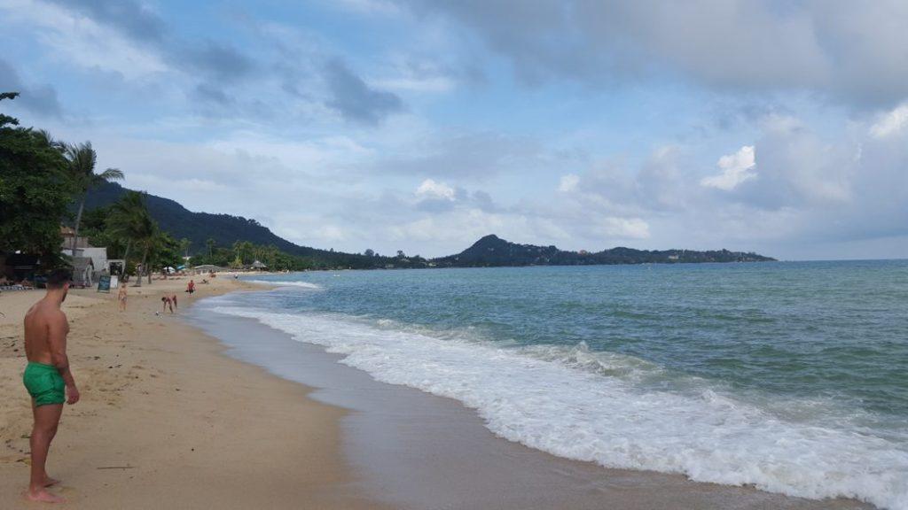 Und wieder ein paradiesischer Strand direkt vor dem Hotel und sogar deutlich schöner als der auf Koh Phanghan.