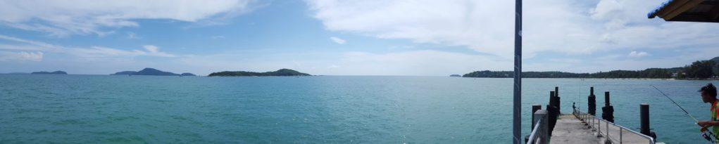 Am ersten Tag in Phuket wollte ich auf eigene Faust mal wieder mit dem Moped die Insel erkunden. Und als erstes ging es bis an die Südspitze. Auf einem dortigen langen Steg, bekam ich dieses Panorama zu sehen.