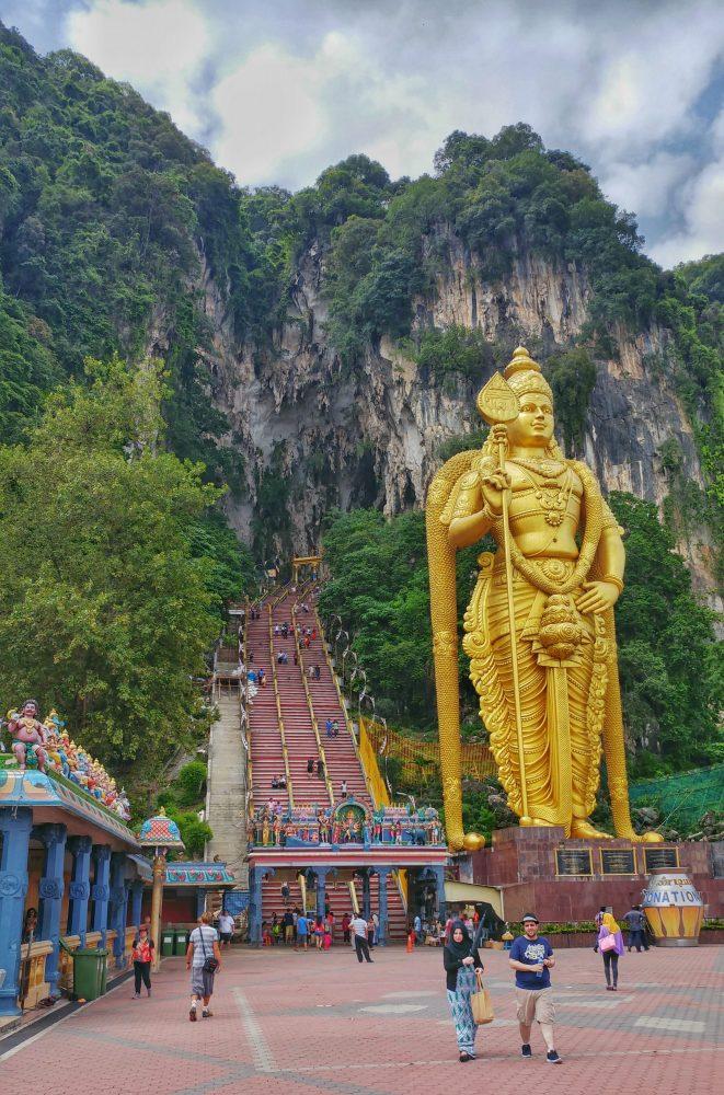 Am nächsten Tag ging es in den Norden von Kuala Lumpur. Außerhalb der Stadt liegen die Batu Caves. Info: Die Batu Caves (zusammengesetzt aus malaiisch batu 'Stein' und englisch caves 'Höhlen') sind Kalksteinhöhlen rund 15 Kilometer nördlich der malaysischen Hauptstadt Kuala Lumpur und beherbergen mehrere Hindu-Tempel. Ein in der Nähe gelegenes Dorf trägt denselben Namen. Beide erhielten ihn vom Fluss Batu (´malaiisch Sungai Batu), der an dem kleinen Kalksteinmassiv vorbeifließt.