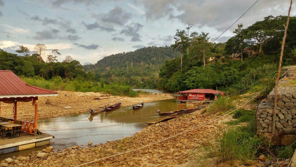 """Ca. 200 Meter von meiner Unterkunft entfernt lag der Fluss mit seinen Floßbooten. Auf dem Boot """"Mama Chop"""" gab es unser Essen mit kostenloser Aussicht ins Flußdelta."""