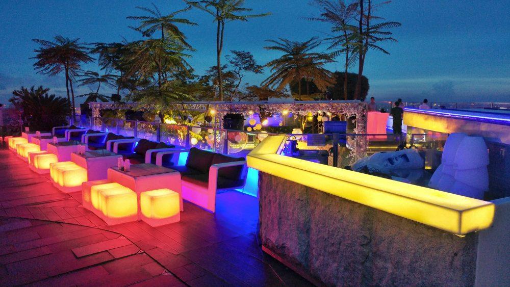 Die Bar selbst erstrahlt erst im Dunkeln in seiner farbenprächtigen Wirkung. Cooler Style. Ein wahrer Farbenrausch.