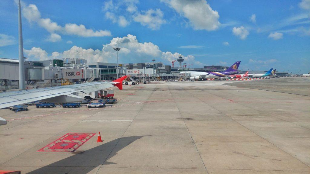 Nun sitze ich in der Maschine, die mich gleich nach Bali fliegen wird und schaue direkt auf das Beladen des Fliegers mit dem Gepäck. Muss nicht unbedingt von Vorteil sein, zu sehen, wie das Gepäck durch die Gegend geworfen wird bzw. wie die Gepäckabfertiger damit umgehen. *kotz
