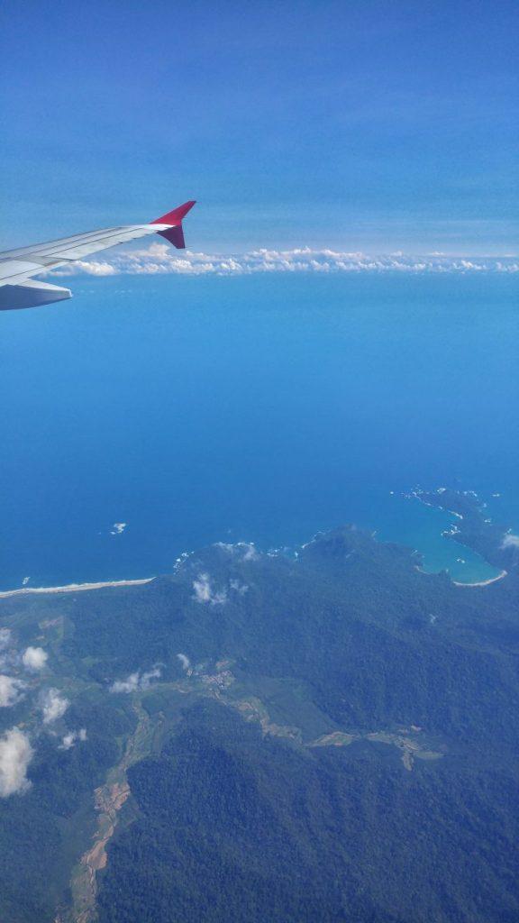 Nach ca. 3 Stunden sind wir endlich kurz vor der Landung. Nach der ganzen Hektik in Singapur freue ich mich nun auf ein paar Tage Ruhe.