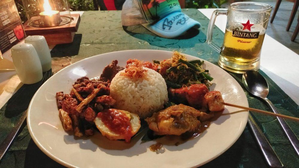"""Abends ging es dann in eine kleine Einkaufsmall, die """"Bali Collection"""", in der ich in einem kleinen Restaurant ein typisch balinesisches Gericht gegessen habe. Abgerundet durch Indonesiens bekanntestes Bier """"Bintang"""". Beides war ziemlich lecker."""