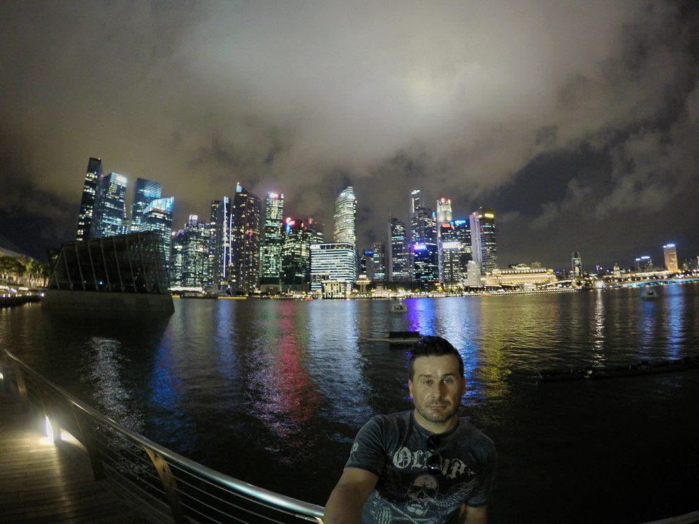 Die Skyline von Singapur bei Nacht.