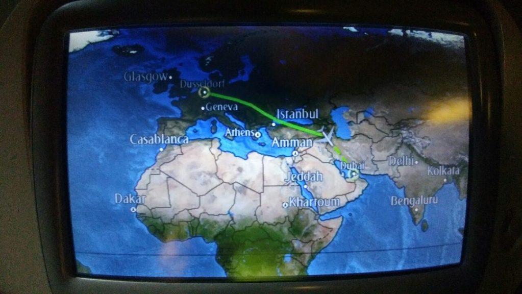 Die erste Etappe führt uns nun von Düsseldorf nach Dubai. Dort ist der Zentralknotenpunkt von Emirates, wo alle Passagiere aus der ganzen Welt auf die nachgelagerten Flüge verteilt werden.