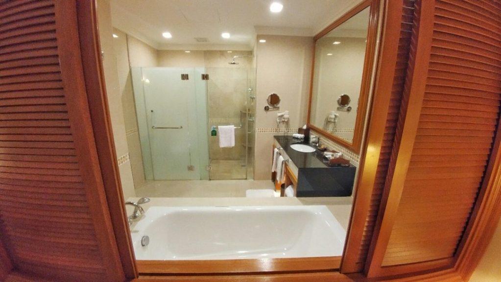 Und das ist das Bad zu diesem Zimmer. Kann sich auch sehen lassen… :)