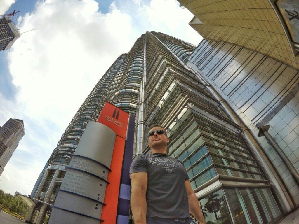Wenn man direkt am Fuße der Towers steht, wirken die gar nicht so brutal groß. Erst mit etwas Abstand zeigt sich das wahre Ausmaß Ihrer Größe…