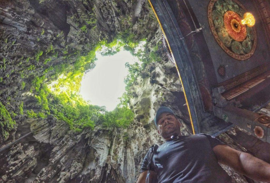 In der Höhle sieht der Blick von unten nach oben dann so aus. Ein Loch in der Decke lässt die Höhle teilweise mit Licht durchfluten.