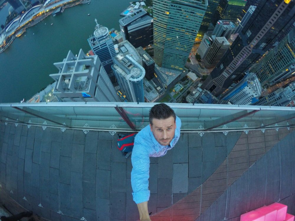 Wo bin ich? Lösung: Auf der höchsten Bar der Welt. Im 1-Altitude. In 282 Meter Höhe hat man einen wahnsinnig geilen Ausblick über Singapur.