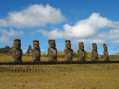 Μερικά από τα πολλά αγάλματα του νησιού