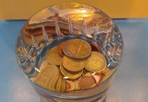 Wir haben 31 Münzen ins Wasser geworfen, erst dann lief etwas Wasser über den Rand des Glases.