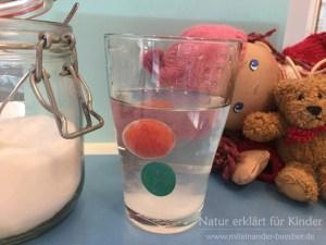 Eine Tomate taucht, schwebt, schwimmt.