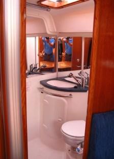 Salon der Segelyacht - Blick ins Bad