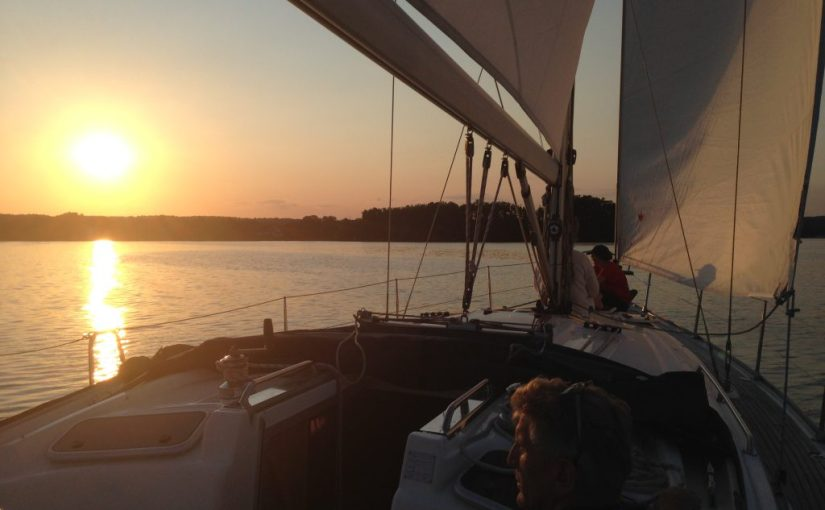 Segelyacht segelt auf dem Scharmützelsee in den Sonnenuntergang beim Sunset-Sailing