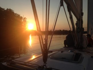 Segelyacht im Sonnenuntergang am großen Werl