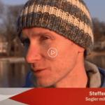 """Interview mit Skipper Steffen Lelewel vom Fernseh-Team der Sendung """"Heimatjournal"""" vom rbb Fernsehen auf der Segelyacht auf dem Scharmützelsee"""