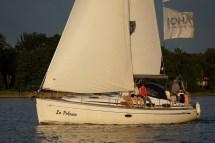 10 Meter Segelyacht auf dem Scharmützelsee in der Abendsonne