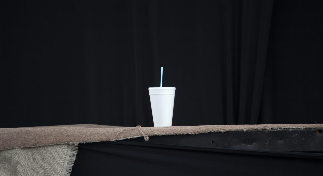 El agua de la sed rota en el vaso