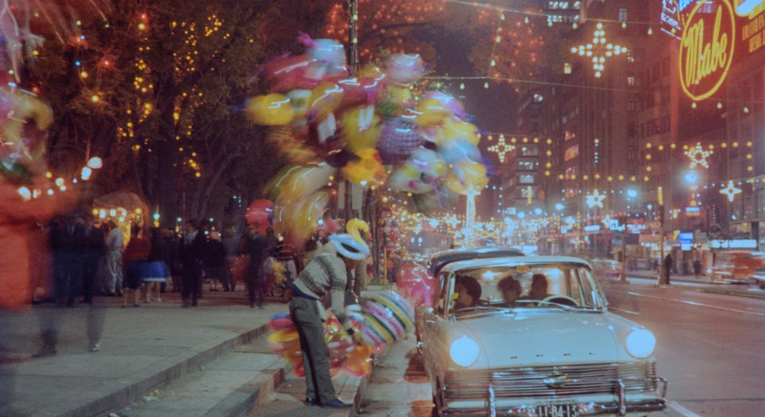 Nostalgia suspendida. Fotografía de ©Bob Schalkwijk. Avenida Juárez, frente a la esquina con la calle de Dolores, Centro Histórico (Diciembre 1963)