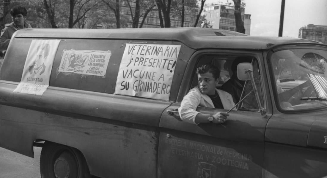 Summer of Love. Fotografía de ©Gobierno de la Ciudad de México, Secretaría de Cultura, Museo Archivo de la Fotografía. [010891-R423-08-005]. Manifestación estudiantil (27 de agosto, 1968)