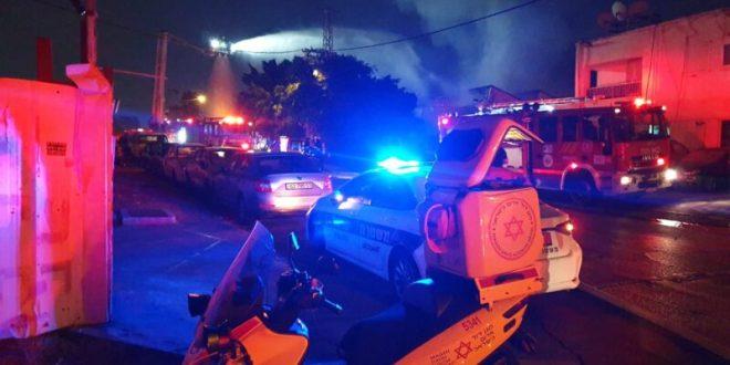 צוותי כיבוי פועלים בשריפה גדולה שפרצה במחסן בחולון, אין נפגעים