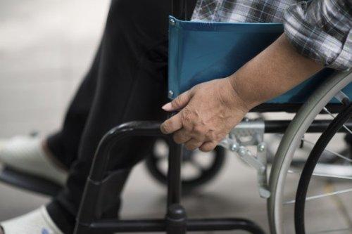close-up-senior-woman-hand-wheel-wheelchair-during-walk-hospital_1150-4311-500x333 תושב ירושלים העובד בבית אבות מואשם בהתעללות במטופל סיעודי