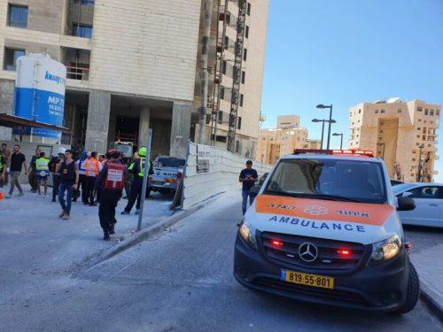 WhatsApp-Image-2021-05-18-at-15.12.02-500x375 תיעוד: פגיעה ישירה של רקטה בבניין באשדוד, לא ידוע על נפגעים