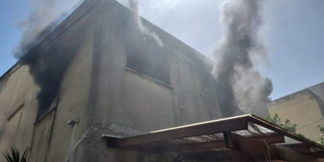 צוותי כיבוי פועלים בשריפה במבנה מגורים בחיפה
