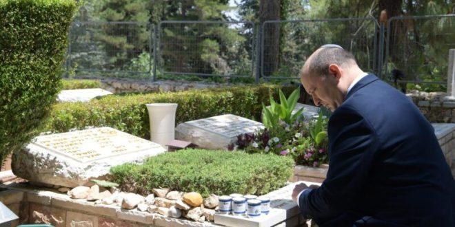 """בפתח יומו הראשון בתפקיד: בנט עלה לקברו של חברו הקרוב, סא""""ל עמנואל מורנו ז""""ל"""