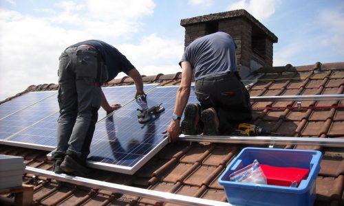 operarios instalación fotovoltaica